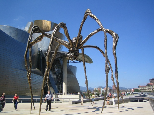 Spider_Maman_and_Guggenheim_museum_at_Bilbao